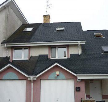 Białystok ul. Zwierzyniecka, nie wszyscy mieszkańcy budynku zdecydowali się na wymianę pokrycia dachowego.